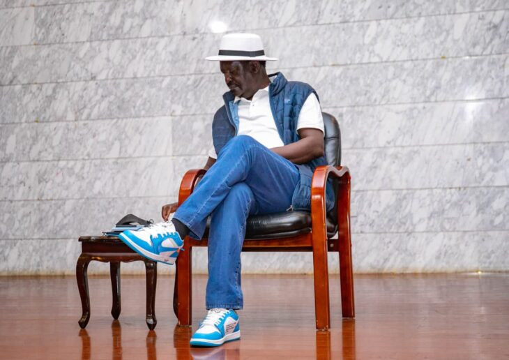 ODM leader Raila Odinga wowed his fans by rocking a stylish outfit during his meeting with Mt Kenya youths on Tuesday, October 12. He completed the look with Nike Air Force One sneakers. photo: Raila Odinga/Twitter.